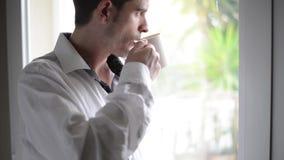 Młodzi człowiecy pije kawę zbiory wideo