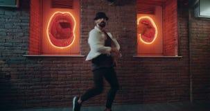 Młodzi człowiecy tanczy z czarnym kapeluszem i brodaci w zadziwiającym miejscu z pięknym tłem zbiory wideo