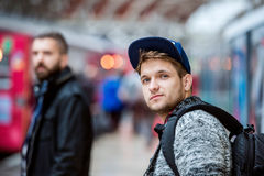 Młodzi człowiecy w metrze zdjęcia royalty free