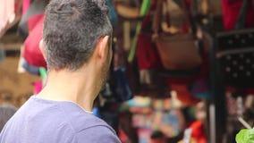 Młodzi człowiecy z broda zakupu sałatą zbiory wideo