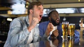 Młodzi człowiecy zakorzenia ulubionej sport drużyny, ogląda online turniejowego pub, czas wolny zdjęcie wideo