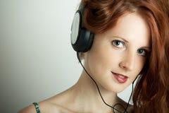 młodzi dziewczyna hełmofony Zdjęcie Royalty Free