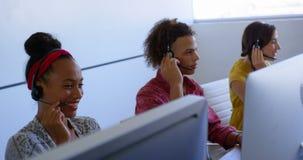Młodzi etniczni klient sprzedaży kierownictwa opowiada na słuchawki w nowożytnym biurze 4k zbiory