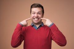 Młodzi europejscy mężczyzn przedstawienia na jego zębach zdjęcia royalty free