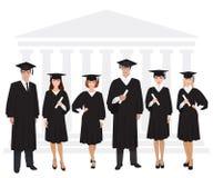 Młodzi faceci i dziewczyna absolwenci stoi przed uniwersyteckim budynku mienia dyplomem również zwrócić corel ilustracji wektora Obraz Stock