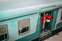 Młodzi faceci na pociągu obrazy royalty free
