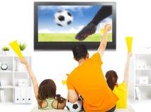 Młodzi fan ogląda mecz piłkarskiego i wrzeszczą w domu Zdjęcie Royalty Free