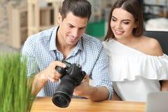 Młodzi fotografowie z kamerą Zdjęcie Stock