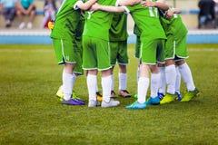 Młodzi futbolowi gracze piłki nożnej w zielonym sportswear Młoda sport drużyna Zdjęcia Stock