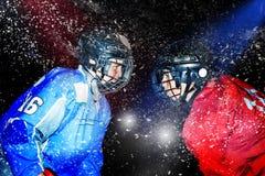 Młodzi gracz w hokeja twarz w twarz przy lodową areną fotografia stock