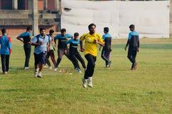Młodzi gracze biega w polu zdjęcia stock