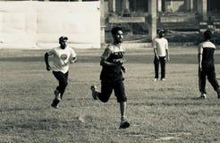Młodzi gracze biega w polu obraz royalty free