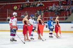 Młodzi gracze i poparcie dziewczyny na lodzie obraz stock
