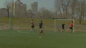 Młodzi gracze piłki nożnej ćwiczy futbol na polu zbiory