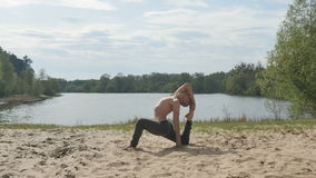 Młodzi jogowie ćwiczy joga blisko rzeki zbiory
