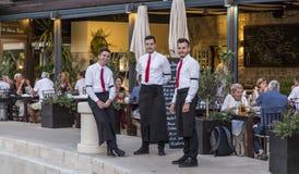 Młodzi kelnery w restauraci, Croatia obraz stock