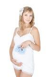 Młodzi kobieta w ciąży mienia dziecka buty Fotografia Royalty Free