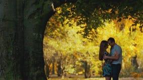 Młodzi kochankowie, facet w oficjalnym stroju i młoda atrakcyjna dziewczyna w krótkiej seksownej sukni, Młody człowiek całuje i zbiory