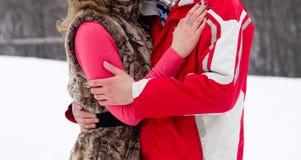 Młodzi kochankowie kobieta i mężczyzna w zima parku Zdjęcia Royalty Free