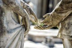Młodzi kochankowie podczas gdy uśmiechnięta marmurowa statua obrazy royalty free