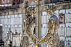 Młodzi kochankowie podczas gdy uśmiechnięta marmurowa statua Zdjęcie Royalty Free