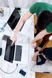 Młodzi koledzy pracuje w biurze zdjęcie royalty free