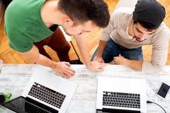 Młodzi koledzy pracuje w biurze obraz stock