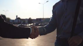 Młodzi koledzy spotyka ręki i trząść przy miasto ulicą na zmierzchu biznesowy uścisk dłoni plenerowy Żuraw strzelający dwa zbiory wideo
