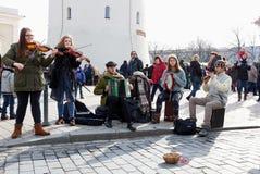 Młodzi Litewscy uliczni muzycy bawić się ludowego kraju i śpiewają Zdjęcie Stock