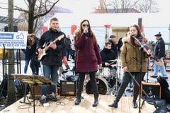 Młodzi Litewscy uliczni muzycy bawić się ludu błękit i śpiewają Zdjęcie Royalty Free