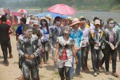 Młodzi ludzie świętują Laotian nowego roku przy bankiem Mekong rzeka w Luang Prabang, Laos Obrazy Stock