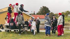 Młodzi ludzie bawić się w czerwonych kapeluszach i spodniach Fotografia Stock
