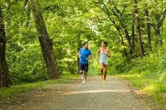 Młodzi ludzie biega w naturze Fotografia Stock