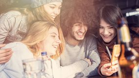 Młodzi ludzie biorą selfie fotografię w restauraci obraz stock