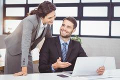 Młodzi ludzie biznesu dyskutuje nad laptopem obrazy royalty free
