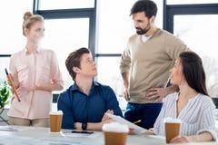 Młodzi ludzie biznesu dyskutuje nowego projekt na małego biznesu spotkaniu Obrazy Stock