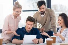 Młodzi ludzie biznesu dyskutuje nowego projekt na małego biznesu spotkaniu Obraz Stock