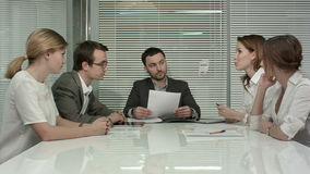 Młodzi ludzie biznesu grup spotkania przy zbiory