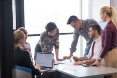 Młodzi ludzie biznesu grupy na spotkaniu przy nowożytnym biurem zdjęcia royalty free