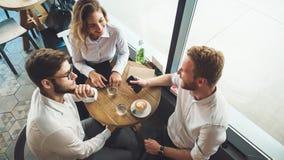 Młodzi ludzie biznesu ma kawową przerwę zdjęcia stock