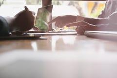Młodzi ludzie biznesu ma spotkania w biurze Konferencja, di zdjęcia royalty free