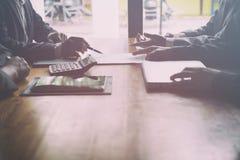 Młodzi ludzie biznesu ma spotkania w biurze Konferencja, di obraz royalty free