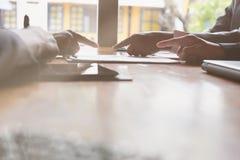 Młodzi ludzie biznesu ma spotkania w biurze Konferencja, di zdjęcie royalty free
