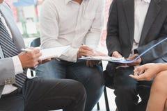 Młodzi ludzie biznesu ma spotkania w biurze Konferencja, di obraz stock