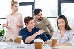 Młodzi ludzie biznesu patrzeje kolegi na małego biznesu spotkaniu Zdjęcia Royalty Free