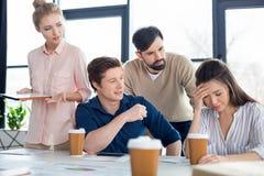 Młodzi ludzie biznesu patrzeje kolegi na małego biznesu spotkaniu Obrazy Royalty Free