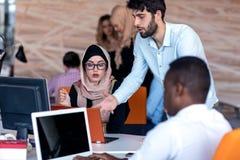 Młodzi ludzie biznesu pracuje przy biurem na nowym projekcie rozpoczęcie, pojęcie, drużyna obraz royalty free