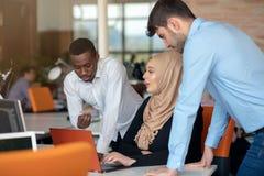 Młodzi ludzie biznesu pracuje przy biurem na nowym projekcie rozpoczęcie, pojęcie, drużyna fotografia stock