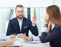Młodzi ludzie biznesu przy konferencją w biurze Fotografia Royalty Free
