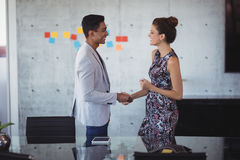 Młodzi ludzie biznesu trząść ręki przy kreatywnie biurem zdjęcia stock